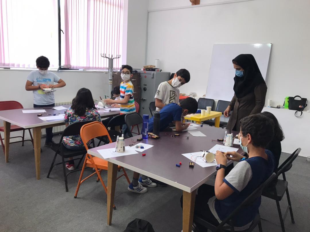 دانش آموزان دوره دوم در حال ساخت ربات نقاش