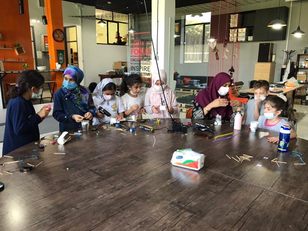 دانش آموزان دوره اول در حال ساخت ربات نقاش